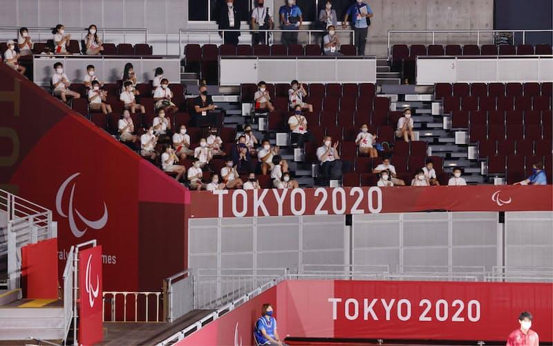 東京パラリンピックの「学校連携観戦プログラム」でゴールボールの日本戦を観戦する生徒ら(8月27日、千葉市の幕張メッセ)=共同