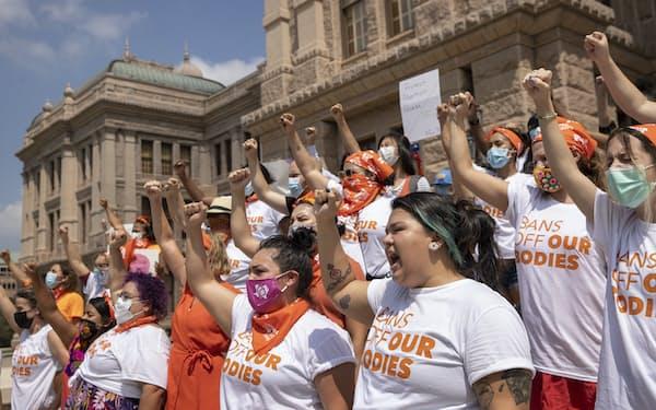 中絶禁止法に抗議する女性(テキサス州オースティン)=AP