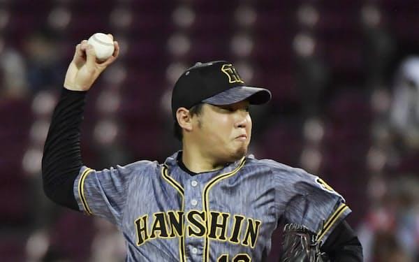 今季5勝目を挙げ、通算100勝を達成した阪神・西勇(10日、マツダ)=共同