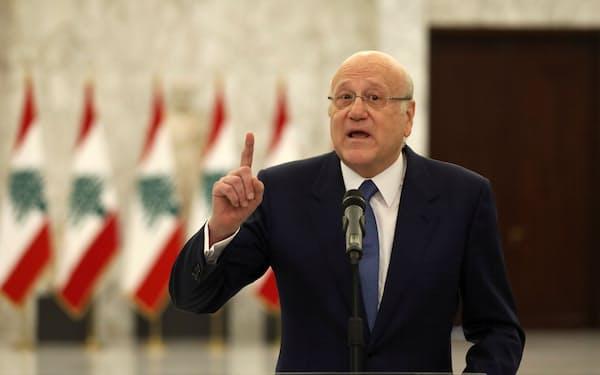 10日、演説する新首相のミカティ氏(ベイルート郊外バーブダの大統領府)=ロイター