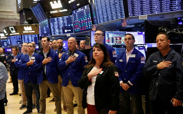 ニューヨーク証券取引所では取引開始前に黙とうした(10日)=ロイター