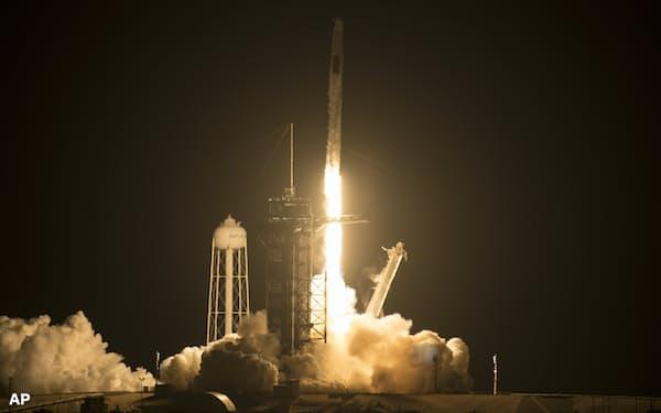 スペースXは多数の人工衛星を打ち上げている=AP