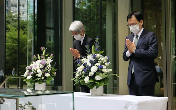 米同時テロの犠牲者に祈りをささげるみずほフィナンシャルグループの坂井辰史社長(右)と藤原弘治頭取(10日、東京・大手町)