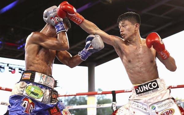 WBO世界フライ級タイトルマッチでアンヘル・アコスタ(左)を攻める中谷潤人(10日、トゥーソン)=ゲッティ共同
