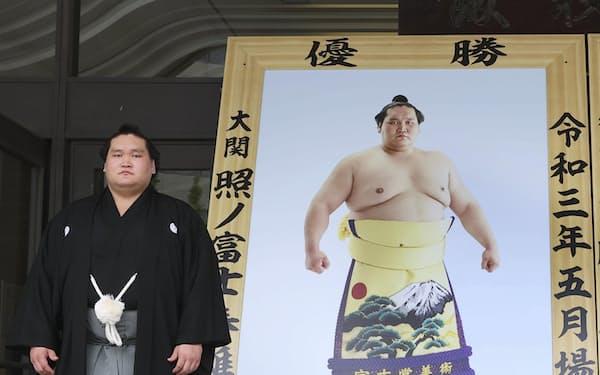 贈呈された優勝額の前に立つ新横綱照ノ富士(11日、東京・両国国技館)=代表撮影・共同