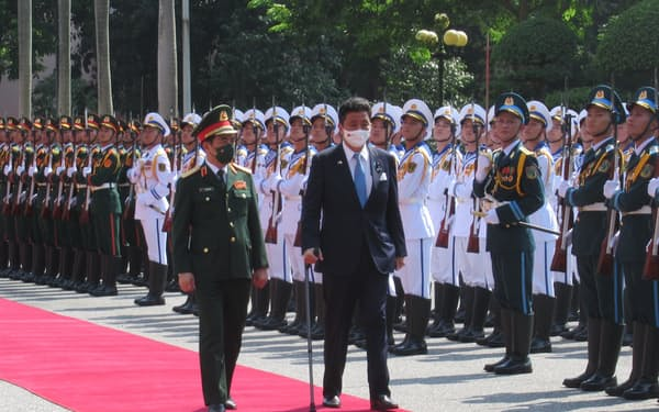 ファン・バン・ザン国防相(左)との会談に臨む岸防衛相(11日、ハノイ市)