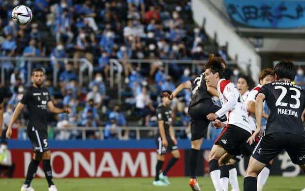 横浜FC―浦和 前半、ヘディングで先制ゴールを決める浦和・汰木=手前右から2人目(11日、ニッパツ)=共同