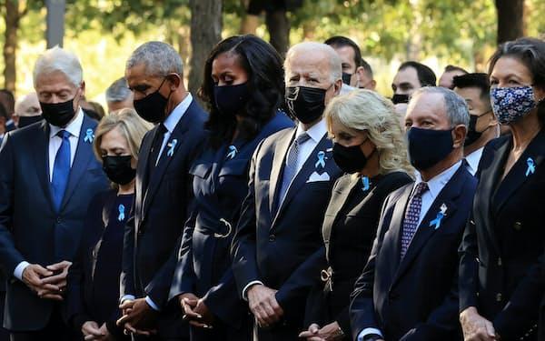 追悼式典にはバイデン大統領(中央)のほか、クリントン元大統領(左端)やオバマ元大統領(左から3人目)らが参列した(11日、ニューヨーク)=ロイター