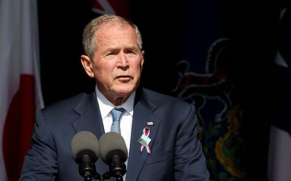 11日、米国のブッシュ元大統領は「政治の多くは怒りや恐怖、恨みを露骨に主張するものになっている」と語り、暗にトランプ前大統領を批判した(米東部ペンシルベニア州)=ロイター