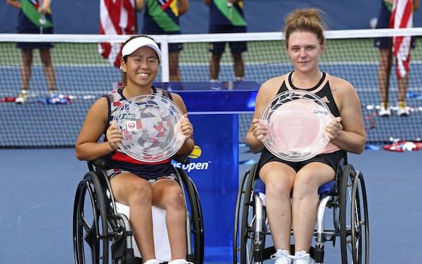 車いすの部女子ダブルスで準優勝の上地(左)、ホワイリー組(11日、ニューヨーク)=ゲッティ共同