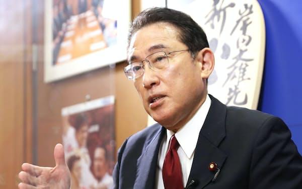 インタビューに答える自民党の岸田文雄前政調会長(2日、国会内)