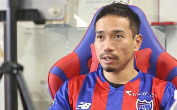 オンラインで記者会見する、FC東京復帰と発表された長友(12日)=同クラブ提供・共同