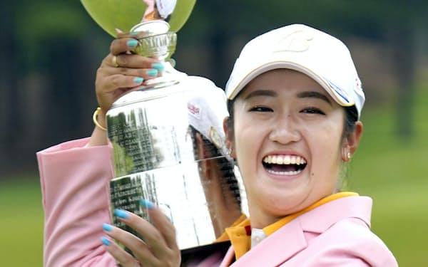 通算19アンダーで優勝し、カップを持ち笑顔の稲見萌寧(12日、静ヒルズCC)=共同
