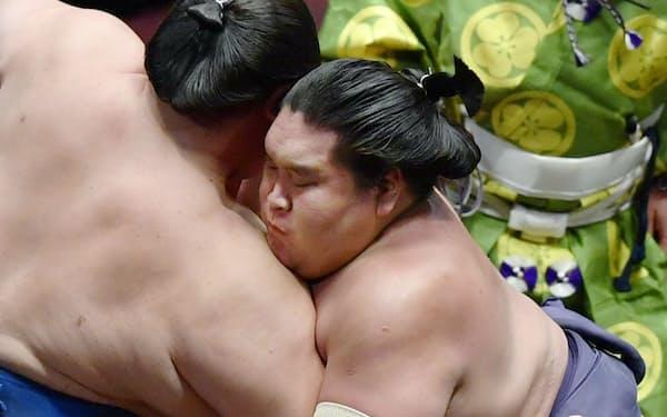 逸ノ城(左)を攻める照ノ富士。寄り切りで下す(12日、両国国技館)=共同