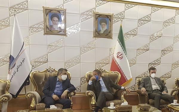 11日、イランを訪問したIAEAのグロッシ事務局長(中央)=イラン原子力庁・AP