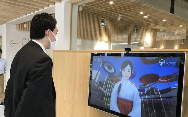 デジタルサイネージに映ったキャラクターがお薦めの観光地や店舗を案内(11日、笠間市)