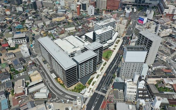 倉敷駅(右上方)に近接した「あちてらす倉敷」(中央)