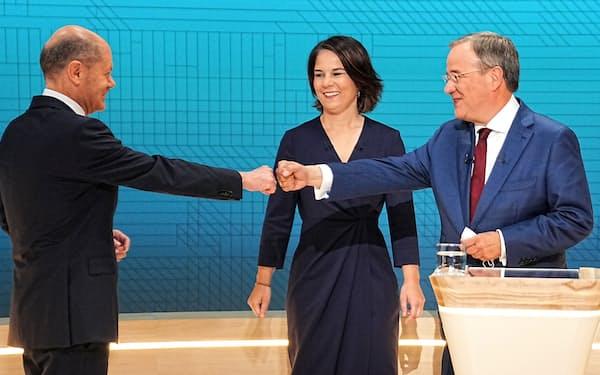 テレビ討論会に参加した3人の首相候補。左から社民党のショルツ氏、緑の党のベーアボック氏、CDU・CSUのラシェット氏(12日)=ロイター