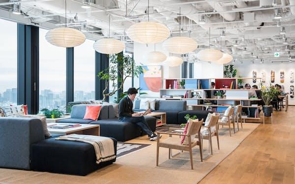 シェアオフィスは出社する人数に応じて机や会議室を柔軟に利用できるのが特徴(東京都渋谷区の「ウィーワーク」)