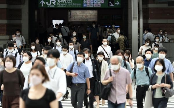 マスクをして通勤する人たち(13日午前、東京・丸の内)