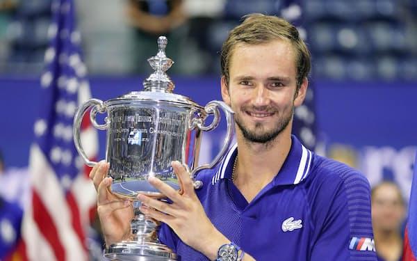 男子シングルスの優勝トロフィーを手にするダニル・メドベージェフ(12日、ニューヨーク)=AP