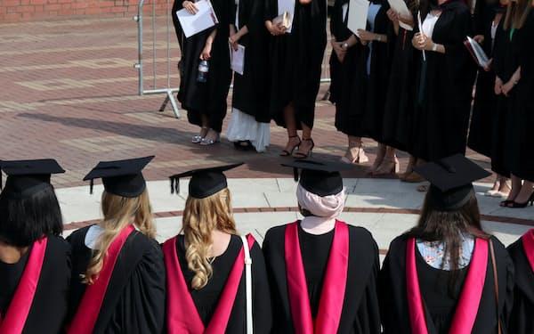 新型コロナやブレグジットの影響もあり、英国への留学生誘致活動のてこ入れが求められている=ロイター