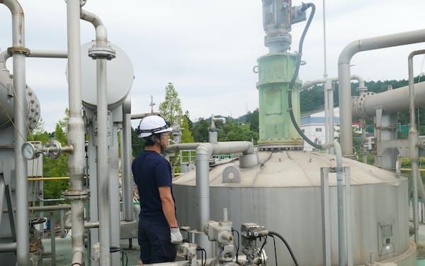 廃食油を使ってバイオディーゼル燃料を製造するレボインターナショナルの工場