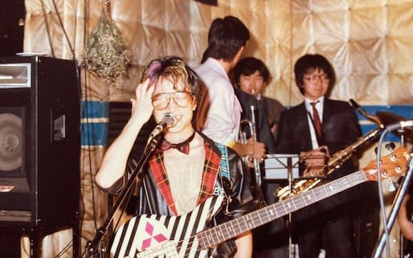 入社後もたまに演奏した(1985年2月、自身の結婚式の2次会で)