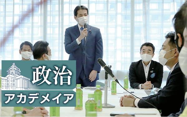 総裁選での自主投票などを求め会合を開いた自民党の福田達夫氏(中央)ら若手議員(7日、党本部)