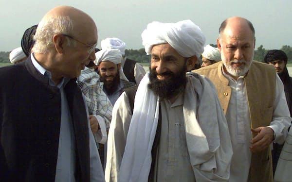 カタールのムハンマド副首相兼外相と会談したタリバン暫定政権のアフンド師(中央)=ロイター
