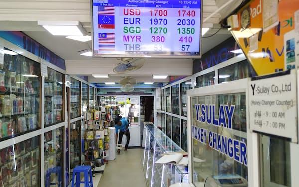 ヤンゴン市内にある両替商(13日)