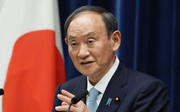 菅首相は記者会見で「ワクチンの接種証明や陰性証明を活用し制限を緩和する」と述べた(9日、首相官邸)