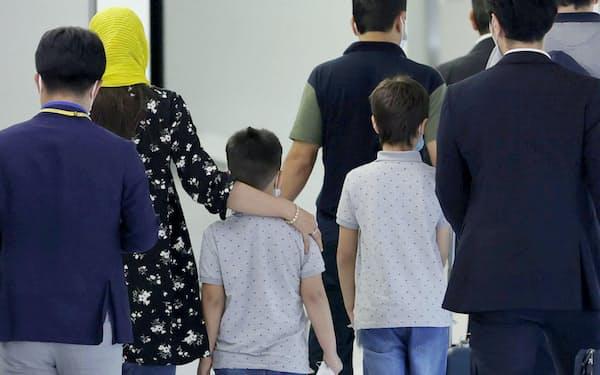 12日に成田空港に到着した退避支援対象だったアフガニスタン人とみられる人ら=共同