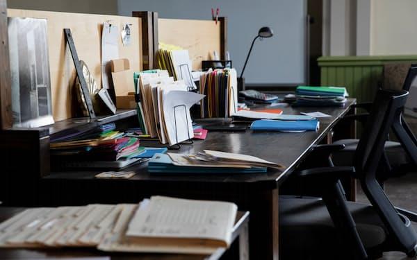 パンデミックで社員の姿が消えたオフィス。これからはオフィスへの出勤と在宅勤務を組み合わせた「ハイブリッド勤務」が主流になりそうだ=ロイター
