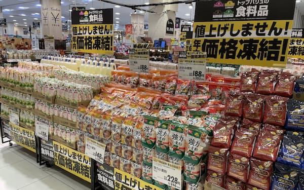 「トップバリュ」の食品約3000品目については年内は値上げを実施しない(千葉市のイオンスタイル幕張新都心)