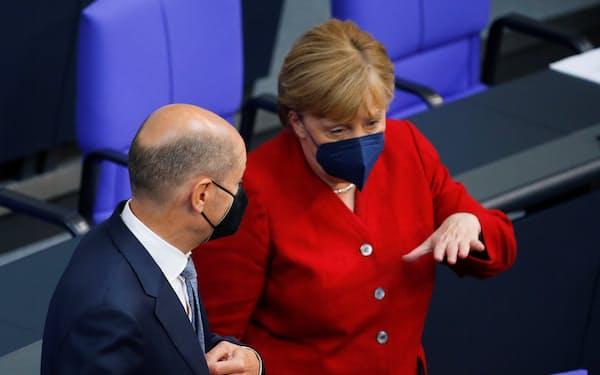 SPDのショルツ氏㊧はメルケル路線を踏襲する安全第一の候補として自分を売り込んでいる=ロイター