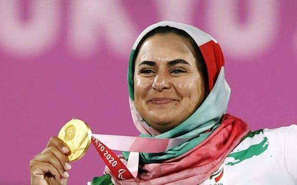 ムスリムの女性はスポーツ選手でも髪や体の線を布で隠すことが多い(2日、東京パラリンピックのイラン代表)=共同
