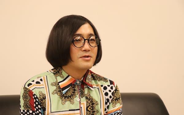 まつばら・たにし 1982年神戸市出身。「事故物件住みます芸人」として人気を集め、2020年には原作者を務める映画「事故物件 恐い間取り」が公開。今年7月、新著「死る旅」(二見書房)を発売。