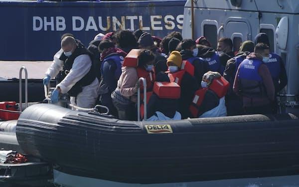英仏間のドーバー海峡ではゴムボートに数十人が乗り込み、フランスから英国にわたる不法移民が相次いでいる=AP