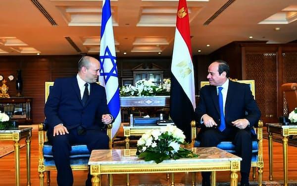 会談するエジプトのシシ大統領㊨とイスラエルのベネット首相(13日、シャルムエルシェイク)=エジプト大統領府、AP