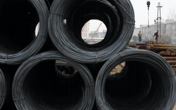 上海の鉄鋼市場に積まれた鉄鋼製品。EUの国境炭素税は新たな貿易関税だとして、他国が反発している=ロイター