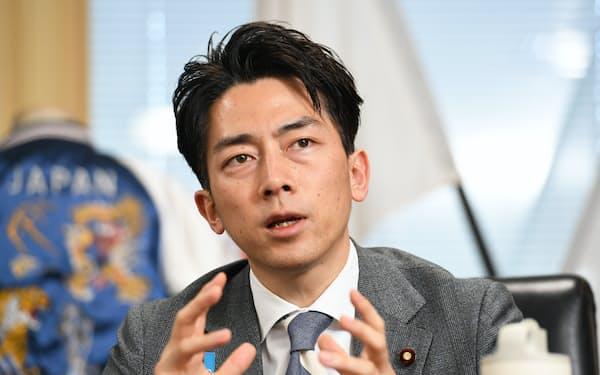 インタビューに答える小泉氏(4月、東京・霞が関)