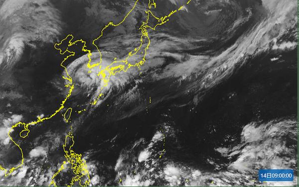 台風14号の形が崩れてからも、東側には白く輝く発達した雲がみられた(9月14日午前9時の気象衛星ひまわりの画像)