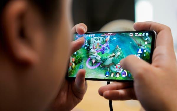完璧なプレーをするには練習を積み重ねるしかないが、18歳未満のネットゲーム利用は9月から週3時間に制限された=ロイター