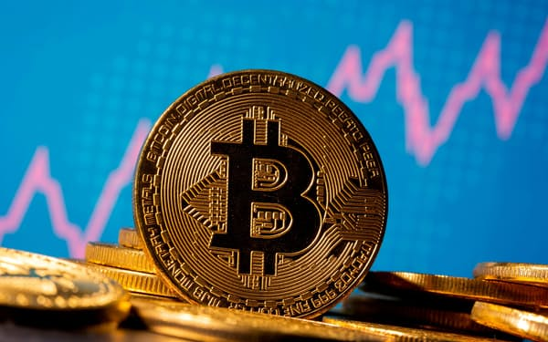 多くの投資家が仮想通貨関連事業に資金を投じている=ロイター