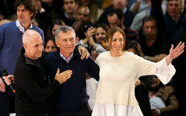 予備選の野党勝利は大統領選を視野に入れるオラシオ・ロドリゲス・ラレッタ氏(左)には追い風(2019年8月、ブエノスアイレスでマウリシオ・マクリ氏=中央、マリア・エウヘニア・ビダル氏と)=ロイター