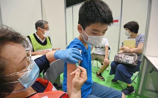 新型コロナウイルスのワクチン接種を受ける子ども(11日、東京都葛飾区)