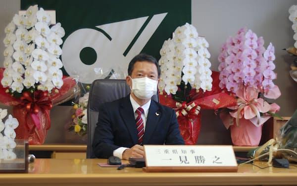 当選後初めて知事室に入った一見勝之・三重県知事(14日)