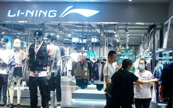 李寧は中国で人気のスポーツブランドの1つだ(杭州の店舗)=AP