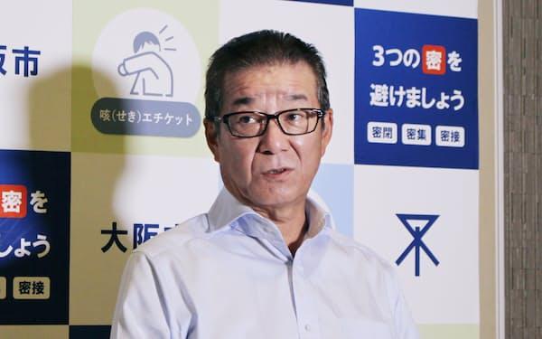 記者団の取材に応じる大阪市の松井一郎市長(14日、大阪市役所)